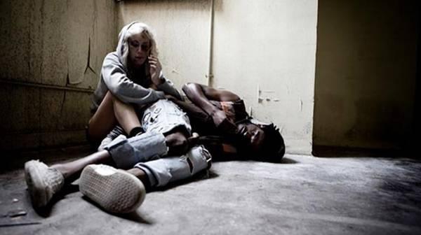 Человек лежит на полу в абстиненции