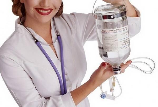 Медсестра и раствор для капельницы