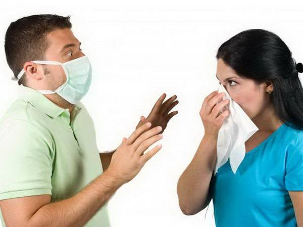 Мужчина и женщина в медицинских масках