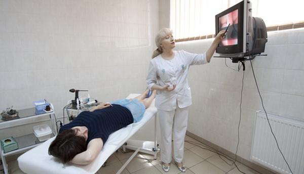 Врач, монитро и пациентка с геморроем