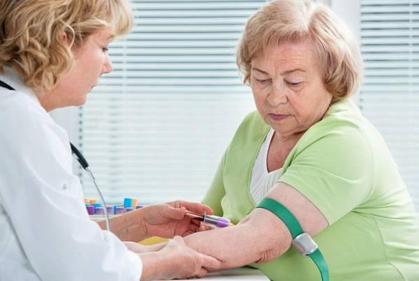 Врач и пожилая женщина с инф. мононуклеозом