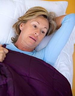 Женщина на кровати с инсультом