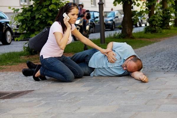 Девушка вызывает помощь больному инсультом