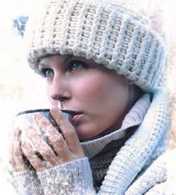 Девушка в зимней шапочки и чашка ОРЗ