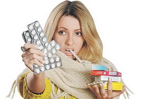 Девушка и таблетки ОРЗ