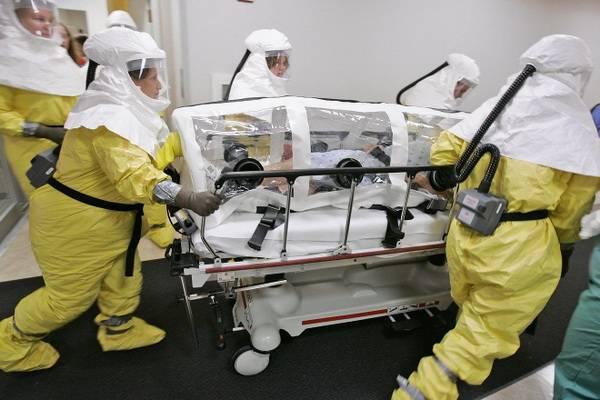 Медики везут больного оспой в контейнере