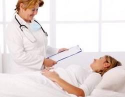 Врачбеседуетс пациенткой, страдающей депрессией