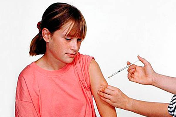 Девочке делают прививку от паротита