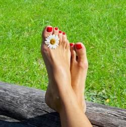 Ноги с ромашкой
