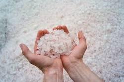 Морская соль в ладонях